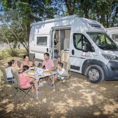 Repas famille en camping car