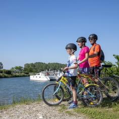 Vélo en famille devant le port de l'Epervière de Valence dans la Drôme