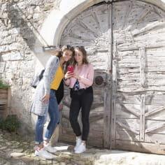 Deux jeunes filles sur leur téléphone dans les ruelles de Mirmande