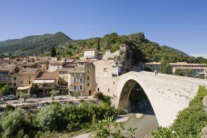"""Provence - Drôme - Le pont roman de Nyons et la ville nommée le """"petit Nice"""""""