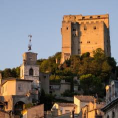 Le donjon de la Tour de Crest le long du tracé de la véloroute voie verte la Vélodrôme