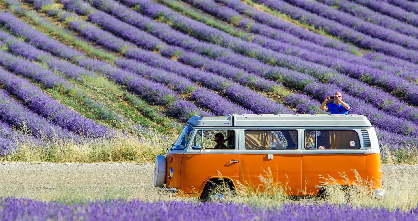 Van orange dans la lavande en Drôme Provençale