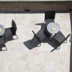 terrasse avec tables et chaises