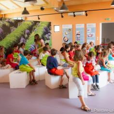 groupe d 'enfant suivant un atelier de savon