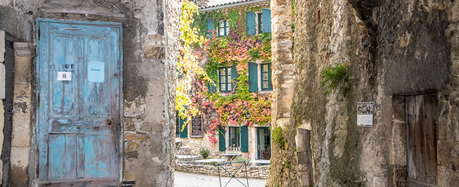 Ruelle et porche du village de Cliousclat dans la Drôme