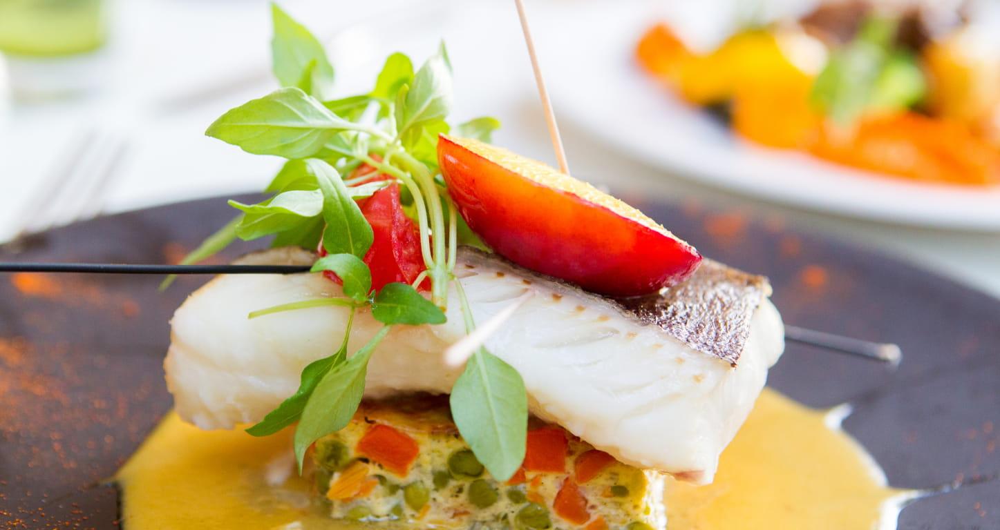 plat de chef: filet de poisson sur flan de légumes