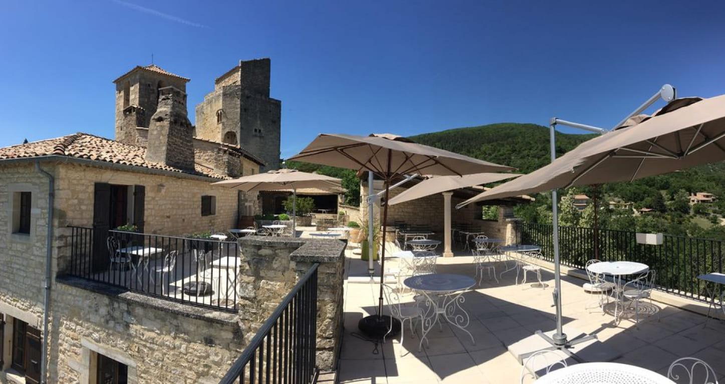 terrasse du restaurant les Hospitaliers au Poët Laval dans la Drôme
