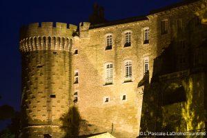 façade du Château de Suze-la-Rpisse de nuit
