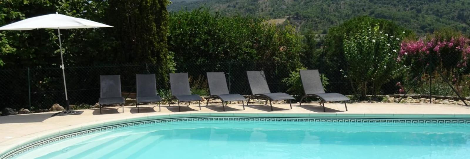 Notre piscine est face au Rocher St Julien