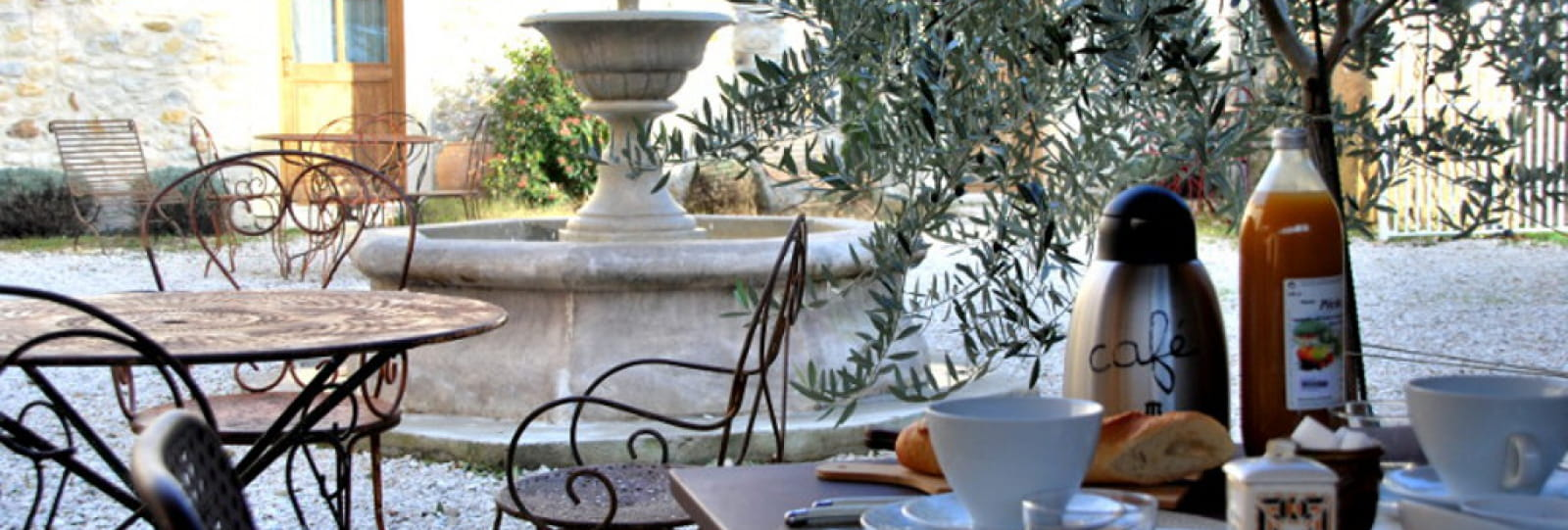 Le petit déjeuner dans la cour intérieure