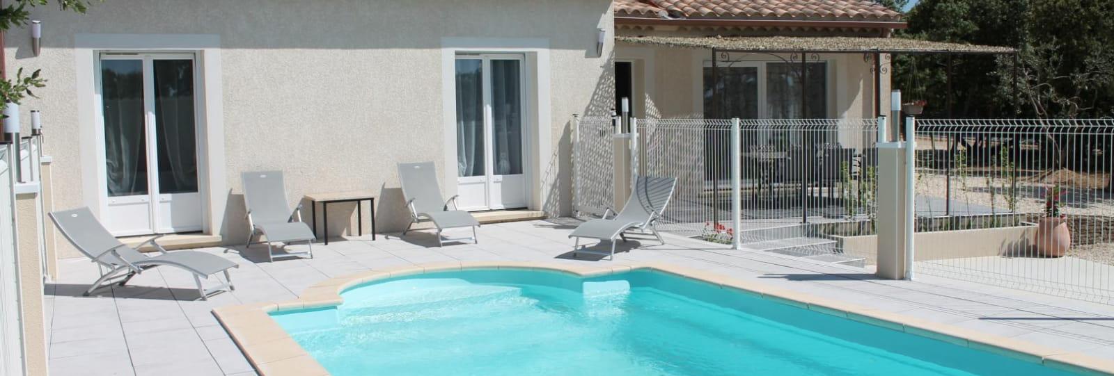 piscine au sel, dimension 7 x 3.60 ; profondeur 1.55 ; sécurisée; porte-fenêtre fermée avec clé