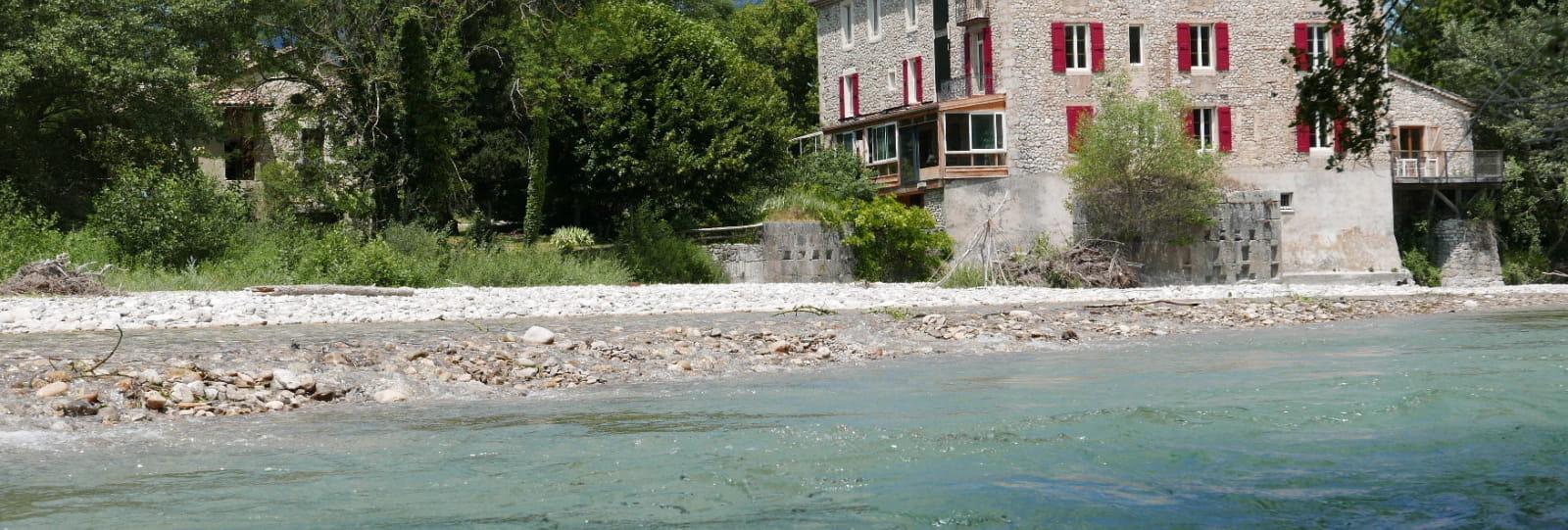 maison et rivière
