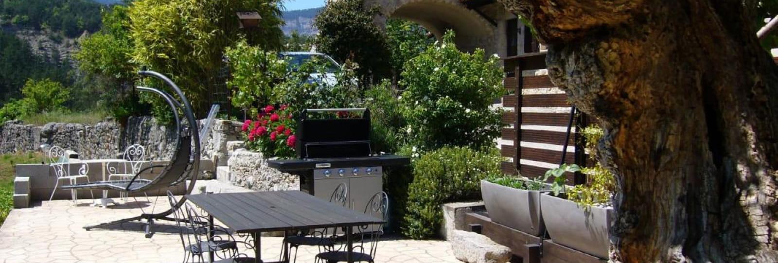 La grande terrasse et le barbecue à la demande.