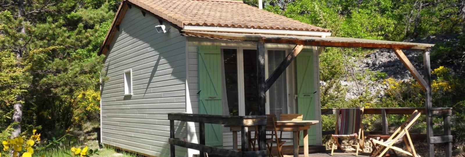 chalet vert et terrasse