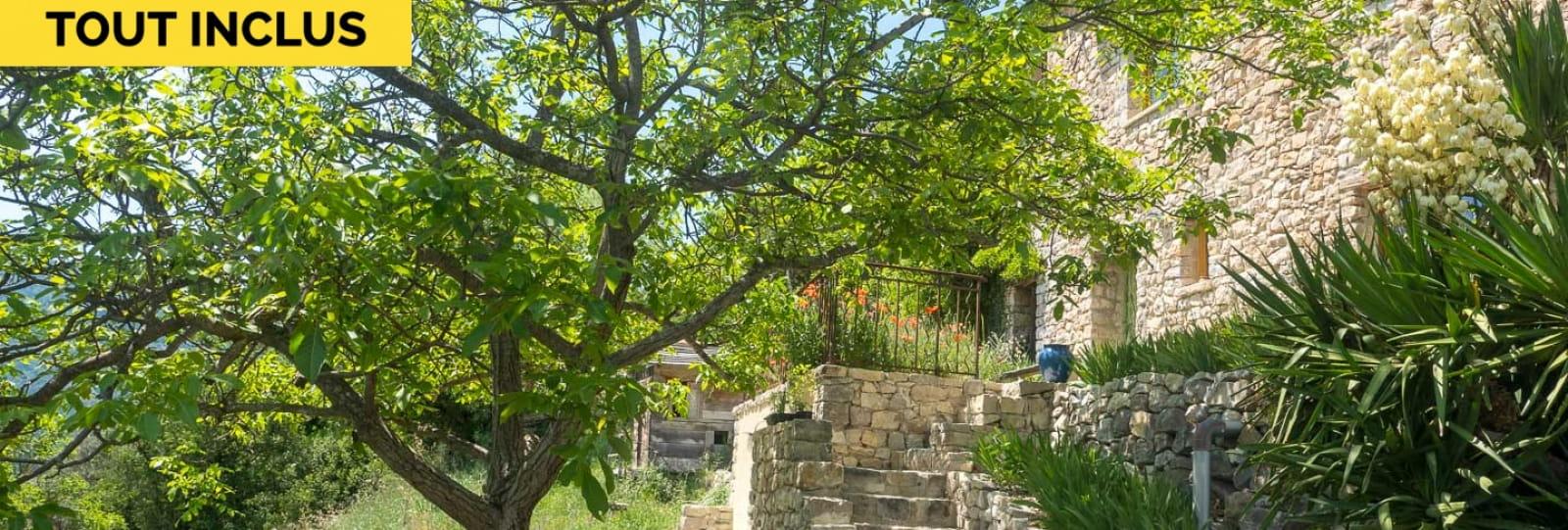 La maison, exposée sud, et son jardin ombragé