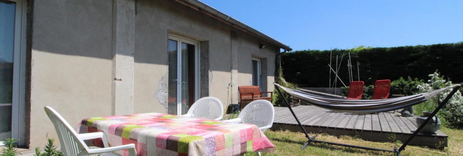 Terrasse non couverte avec hamac et salon de jardin