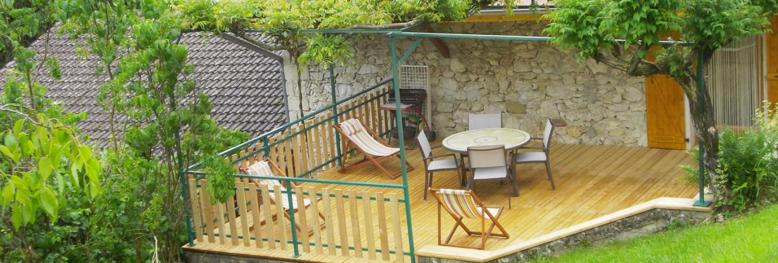 Vue sur la terrasse privative du gîte