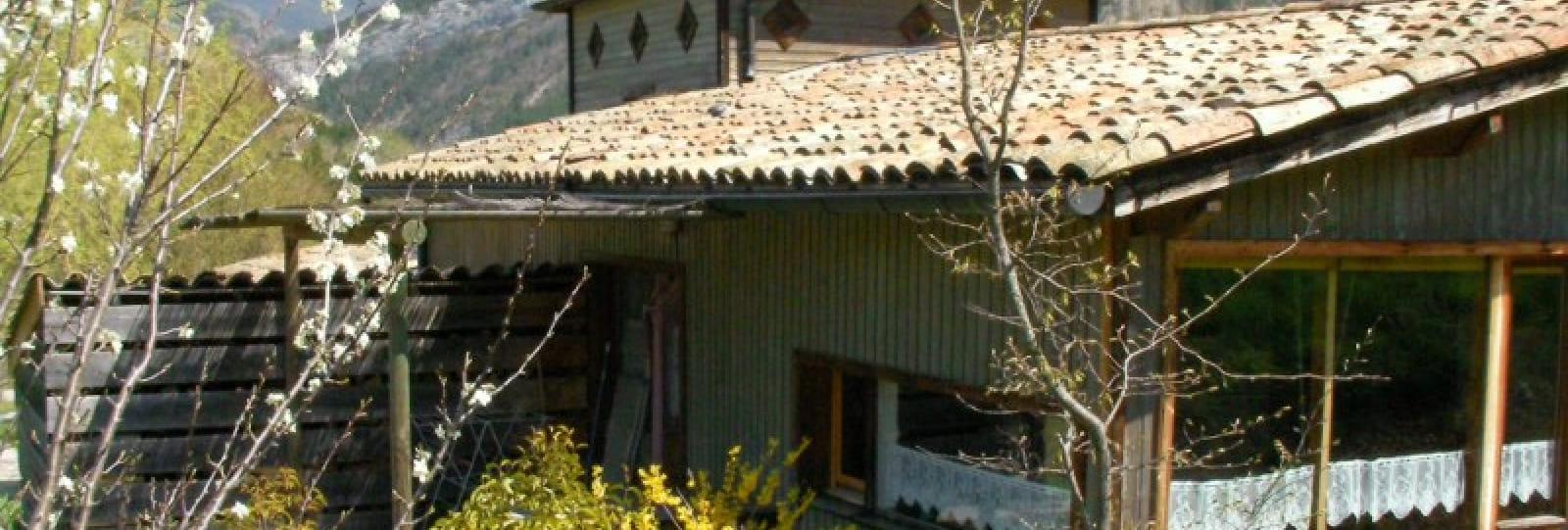 Vue sur la terrasse du gîte le dos à l'ouest. Dans le fond, les falaises du glandasse (Vercors sud) encore enneigées.