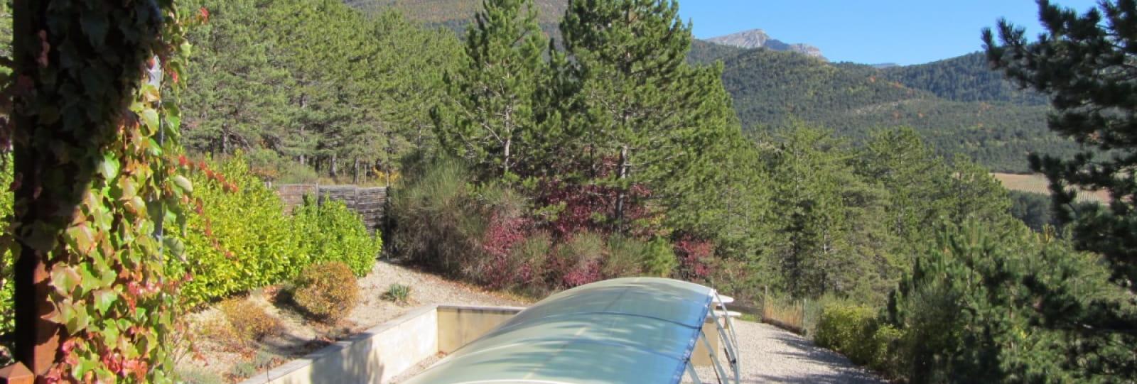 Vue sur la piscine depuis la terrasse