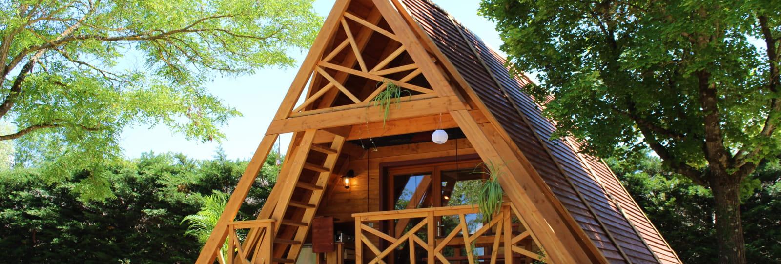 Façade-la cabane en A-camping les Ecureuil-Recoubeau Jansac