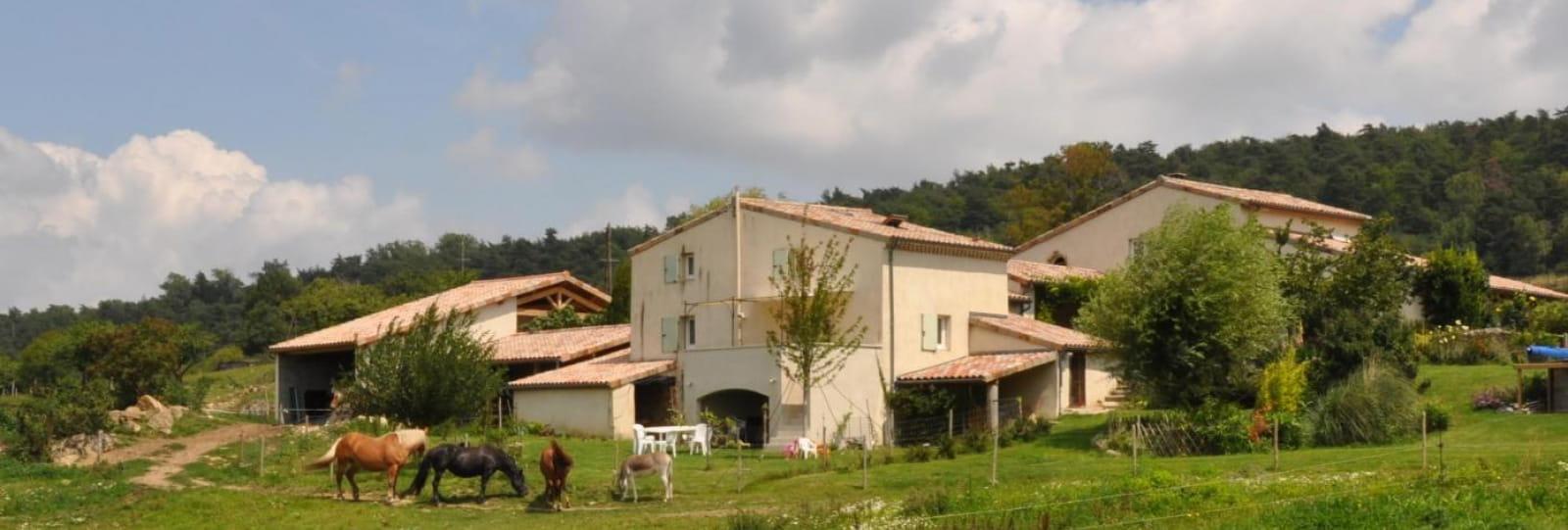 Pleine nature piscine et vue imprenable sur les monts de l'Ardèche .