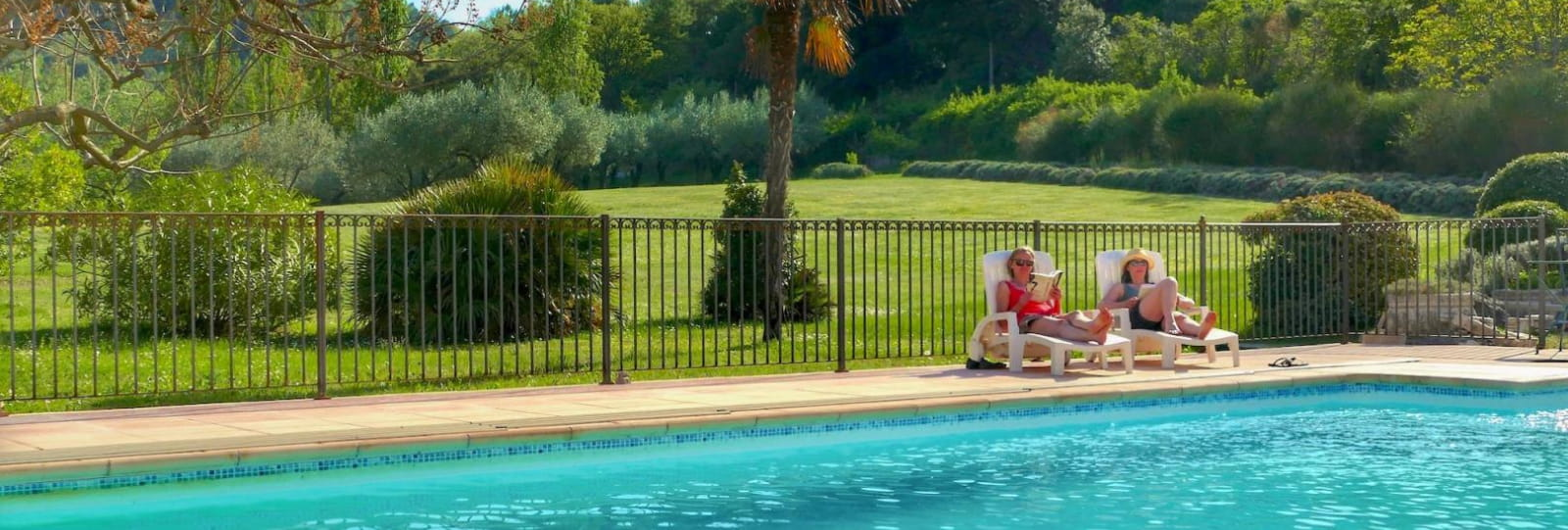 La piscine au centre du domaine
