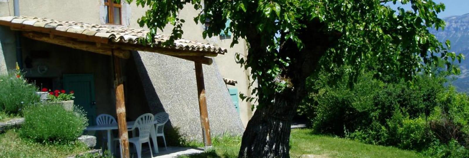 Terrasse du gîte Le Mûrier avec vue sur la vallée Dioise et le massif du Vercors