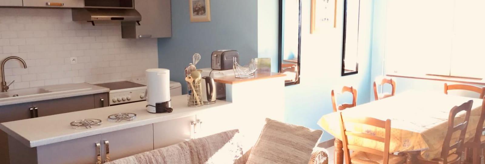Cuisine ouverte sur séjour et salle à manger. Grande pièce agréable à vivre de 30 m².