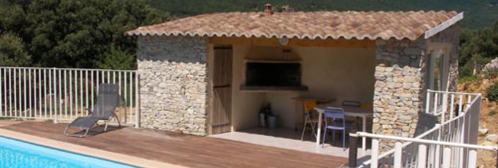 la plage et l'abri provençal avec barbecue