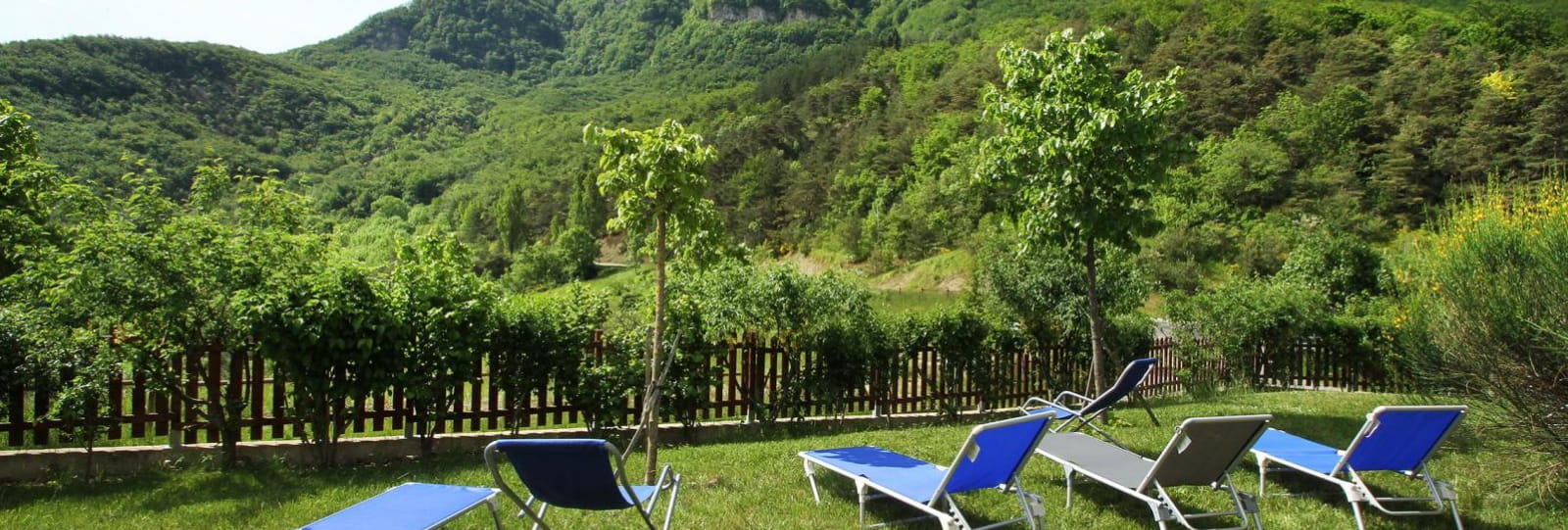 La montagne des 3 Becs : vue panoramique depuis le jardin et les terrasses.