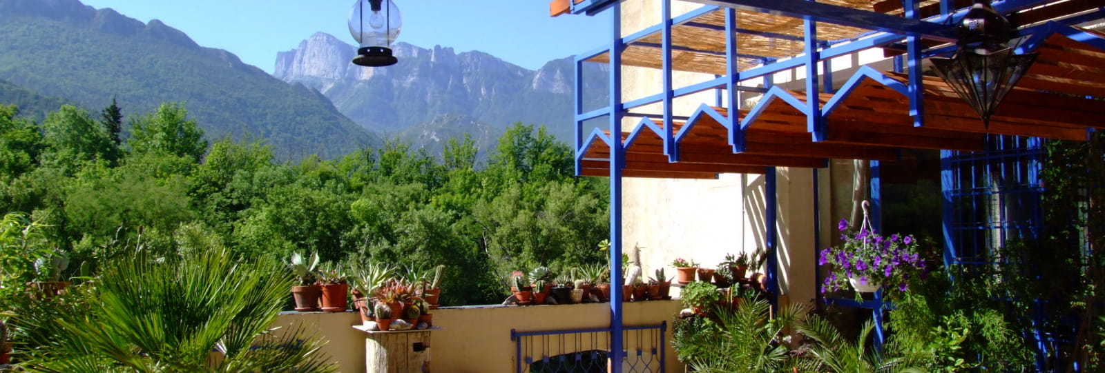 Notre terrasse surplombe les eaux de la Drôme