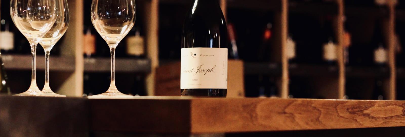 Table, verres et bouteille de vin