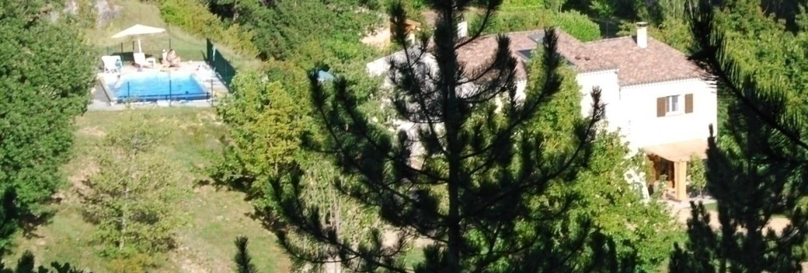 la maison vue du Nord Ouest, la terrasse du gite est en bas à droite